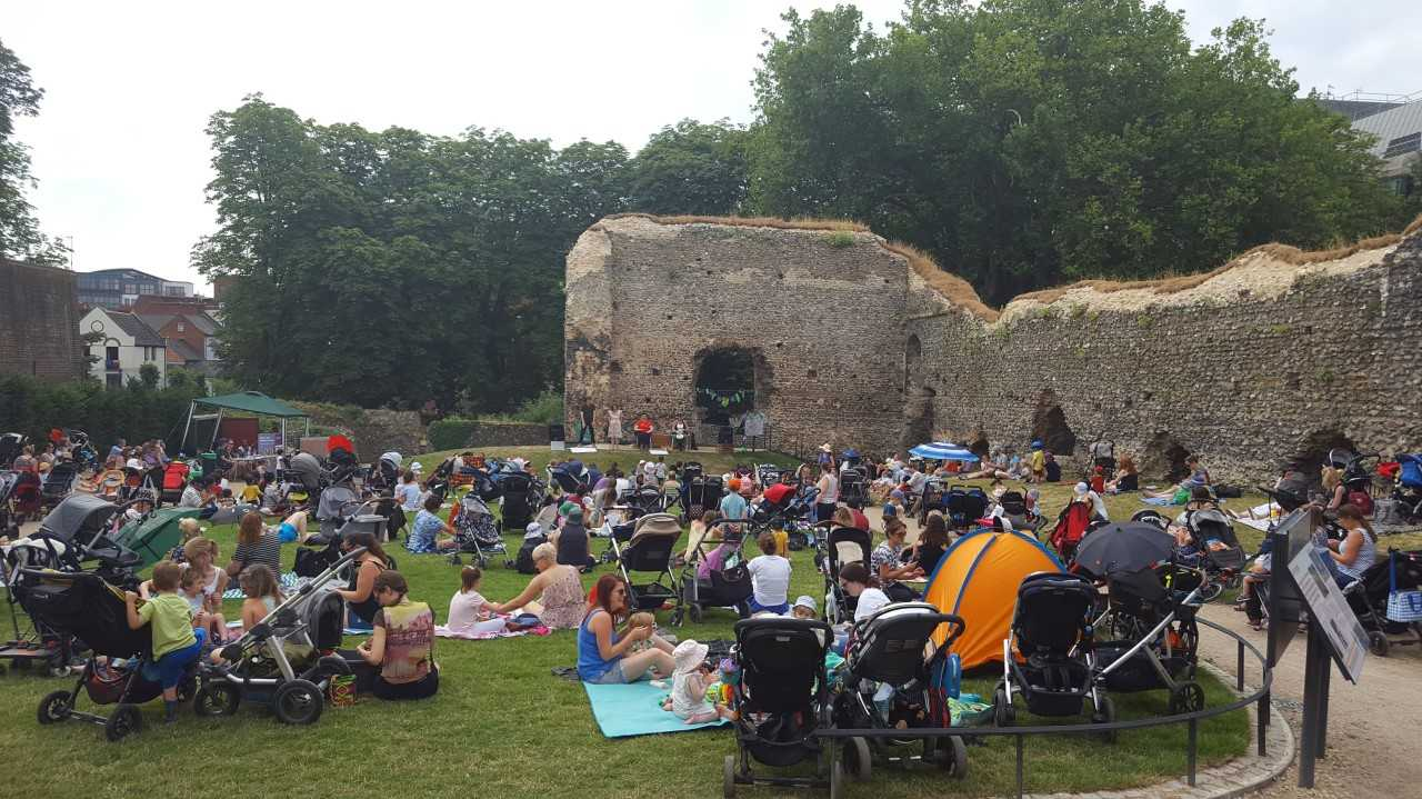 Hundreds gather for rhymetime session at Abbey Ruins
