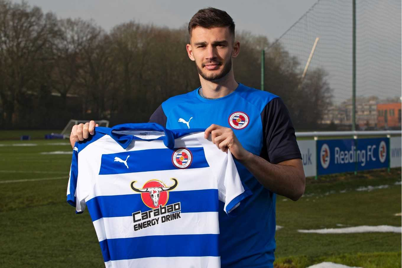 Chelsea's Matt Miazga has joined Reading on loan for the rest of the season.